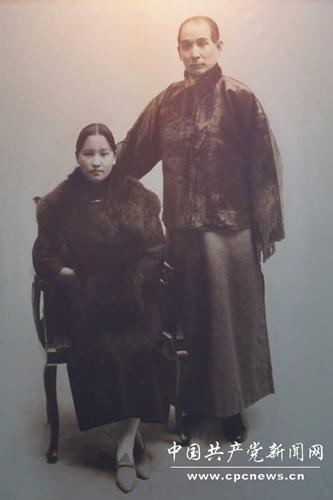 ปลายปี 1919 ซุน จงซันและซ่ง ชิ่งหลิง ถ่ายภาพคู่ที่นครเซี่ยงไฮ้ เป็นที่ระลึกครบรอบ 4 ปี วันแต่งงาน