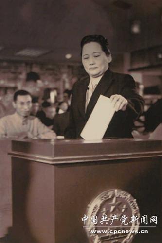 เดือนก.ย. 1954 ซ่ง ชิ่งหลิงลงคะแนนเสียงในการประชุมสภาผู้แทนประชาชนครั้งที่ 1 ในการประชุมนี้ ซ่ง ชิ่งหลง ได้รับเลือกเป็นรองประธานคณะกรรมการแห่งสภาผู้แทนประชาชน (全国人大副委员长)