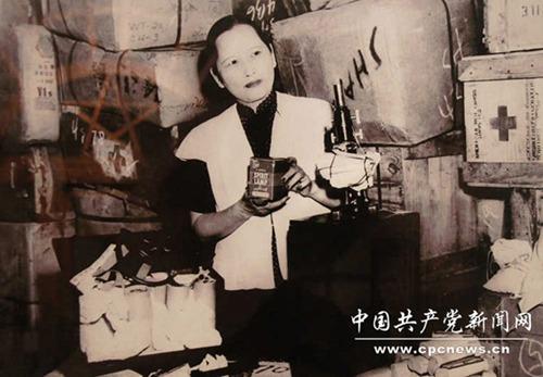 ปี 1948 ซ่ง ชิ่งหลิงกำลังตรวจสอบสิ่งของ