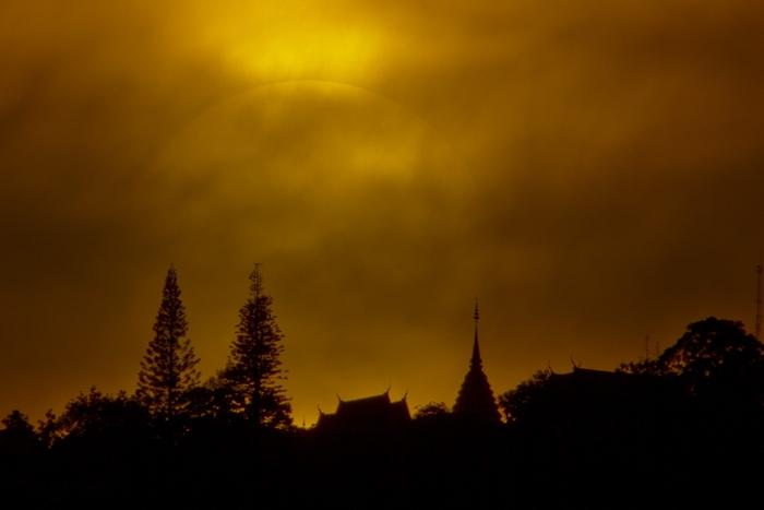 การถ่ายดวงอาทิตย์อีกแบบหนึ่งในกรณีที่ท้องฟ้ามีเมฆมาก ซึ่งทำให้เราสามารถใช้เมฆเป็นฟิลเตอร์กรองแสงแทน โซลาร์ฟิเตอร์ได้ แต่ผมไม่ขอแนะนำเพราะอาจทำอันตรายต่อตาเราได้ โดยภาพนี้ผมใช้การเปิด Live view แทนการมองภาพผ่านช่องมองภาพ(ภาพโดย : ศุภฤกษ์  คฤหานนท์ : Canon EOS 7D / เลนส์ EF300mm.+ Extender 2x / F16 / ISO 100 / 1/2000 วินาที)