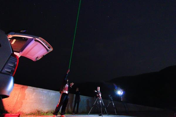 ผมและทีมเจ้าหน้าที่ ร่วมกันตั้งกล้องโทรทรรศน์สำหรับติดตามดาวเคราะห์น้อย บริเวณอ่างเก็บน้ำห้วยโจ้ ซึ่งเป็นบริเวณชานเมือง ของจังหวัดเชียงใหม่