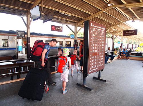 นักท่องเที่ยวและประชาชนมาใช้บริการสถานีธนบุรีอย่างต่อเนื่อง