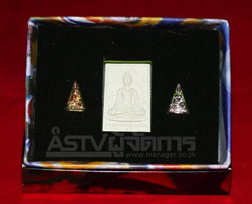 """""""พระพุทธพิทักษไทยทศทิศจำลอง"""" พระเครื่องชุดเล็ก 3 องค์ ประกอบด้วย พระกะไหล่เงิน พระกะไหล่ทอง และพระเนื้อผง"""