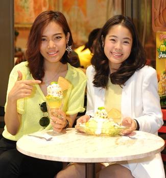 สองสาวเซเลบควงกันกินไอติมคลายร้อน !