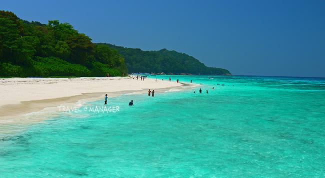 น้ำทะเลสีฟ้าใสและทรายขาวละเอียดดึงดูดนักท่องเที่ยวให้มาเยือน