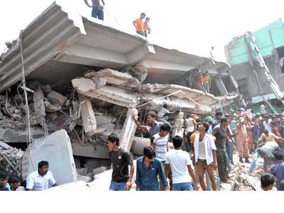 อาคาร 8 ชั้นถล่มใกล้เมืองหลวงบังกลาเทศ สังเวยอย่างน้อย 82 ศพ คาดยอดตายอาจพุ่งสูง