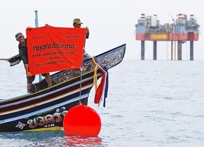 """เรือประมงพื้นบ้านผนึกกำลัง """"กรีนพีซ"""" ประท้วงแท่นขุดเจาะน้ำมันกลางอ่าวไทย (ชมคลิป)"""