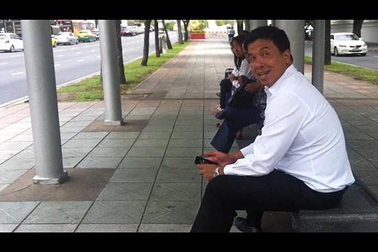 ภาพ นายชัชชาติ สิทธิพันธุ์ รมว.คมนาคม นั่งรอรถเมล์