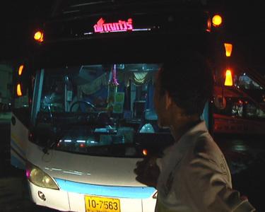 รถทัวร์กรุงเทพฯ-หนองคาย ของบริษัทชาญทัวร์จำกัด ถูกคนร้ายขว้างก้อนหินใส่กระจกหน้ารถ โชคดีกระจกไม่ทะลุเข้าไปข้างใน