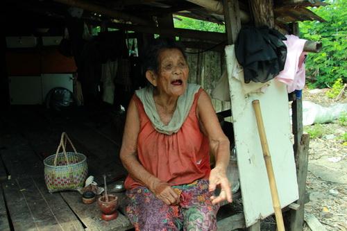 นางอาน ทิงไธสง หญิงชราวัย 84 ปีที่ต้องถูกรื้อบ้านออกจากบึงทุ่งสร้าง