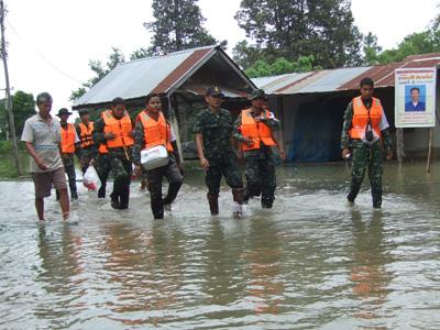 ระดมแพทย์ทหารช่วย 2 หมู่บ้านบุรีรัมย์ท่วมถูกลืม-ระดับน้ำทรงตัว ใช้เรือสัญจร