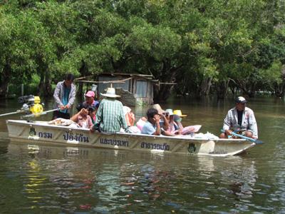 2 หมู่บ้านบุรีรัมย์ท่วมถูกลืม นั่งเรือมารับถุงยังชีพ ประกาศภัยพิบัติแล้ว 12 อำเภอ