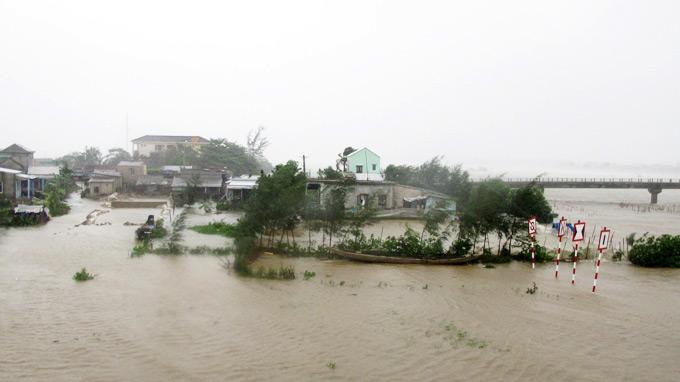 <bR><FONT color=#000033>ฝนตกหนักและคลื่นลมแรงซัดกระหน่ำบ้านเรือนราษฎรได้รับความเสียหายหลายหลังในบริเวณอ่าวด่าหนัง ฝนยังคงตกติดต่อกันมาจนถึงวันจันทร์นี้. -- ภาพ: TTO </b>