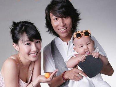 ภาพครอบครัว ไป๋ ไป่เหอ ประกอบด้วย เฉิน อี่ว์ฝาน ผู้เป็นสามี และลูกชาย 1 คน