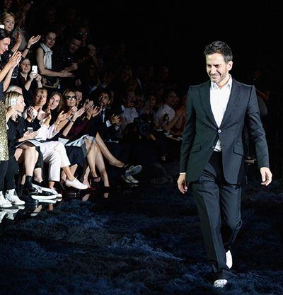 Marc Jacobs ในแฟชั่นโชว์ครั้งสุดท้ายในฐานะดีไซเนอร์ของ Louis Vuitton