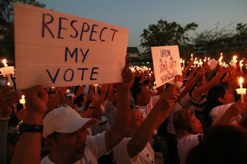 คนเสื้อแดงที่แปลงร่างมาใส่เสื้อขาวจัดกิจกรรมจุดเทียนหนุนการเลือกตั้ง 2 ก.พ. 57