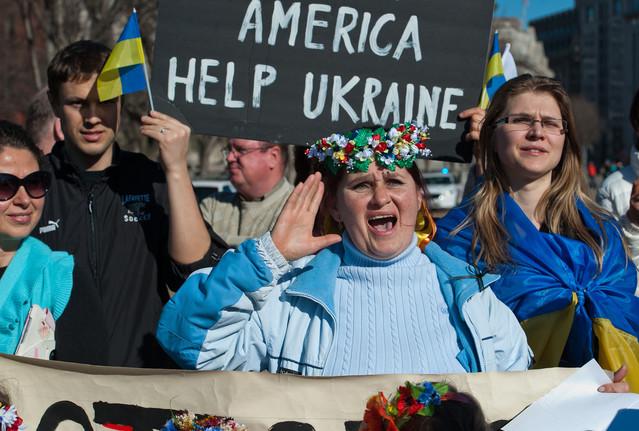 ชาวยูเครนชูป้ายเรียกร้องให้สหรัฐฯ มอบความช่วยเหลือทางด้านเศรษฐกิจต่อยูเครน