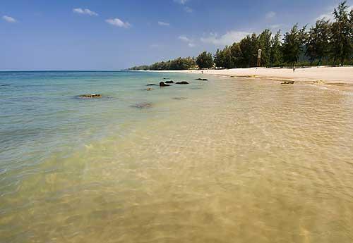 """ท้องทะเลและชายหาด """"เกาะลันตา"""" (ภาพ : เว็บไซต์ agoda)"""
