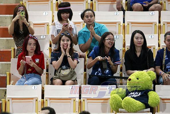 แฟนสาวมาเชียร์ทีมชาติไทย