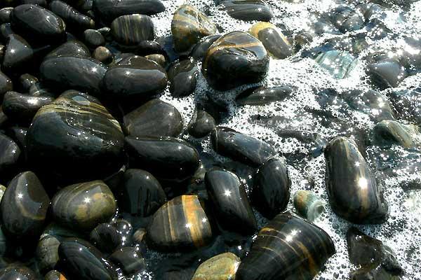 หินงามก้อนมน ถูกน้ำต้องแดดแวววาว
