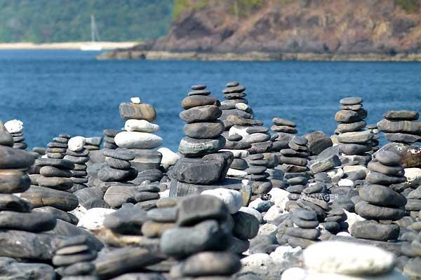 หินจำนวนมากที่ถูกเรียงขึ้นตามความเชื่อ