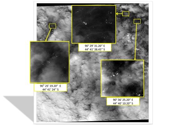 ภาพถ่ายจาก Malaysian Remote Sensing Agency ของมาเลเซีย เผยภาพของดาวเทียมฝรั่งเศสที่บันทึกเมื่อ 23 มี.ค.ที่ผ่านมา แสดงชิ้นส่วนลอยน้ำกว่า 100 ชิ้นในมหาสมุทรอินเดียใต้ (เอเอฟพี)