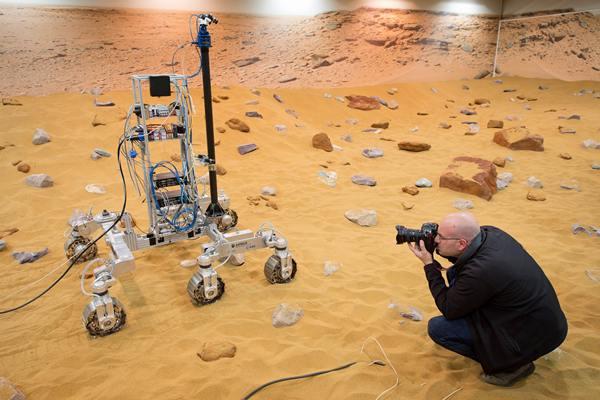 ช่างภาพบันทึกภาพ ไบรอัน (Bryan) ยานโรเวอร์สำรวจดาวอังคารของอีซาบนสนามทดสอบมาร์สยาร์ด (เอเอฟพี)