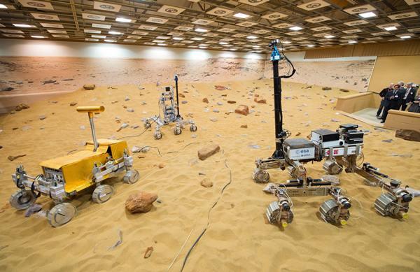 ยานโรเวอร์สำรวจดาวอังคารของอีซา (ซ้ายไปขวา) บริดเจ็ต (Bridget) ไบรอัน (Bryan) และบรูโน (Bruno) บนสนามทดสอบจำลองพื้นผิวดาวอังคาร (เอเอฟพี)