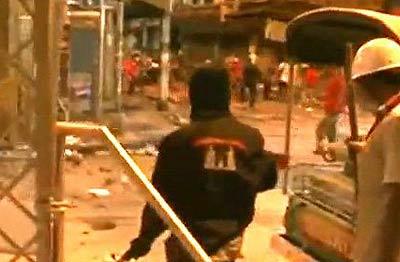 รายงานพิเศษ : ย้อนรอย 10 เม.ย. 53 ...ชายชุดดำช่วยเสื้อแดงทำร้ายทหาร!?