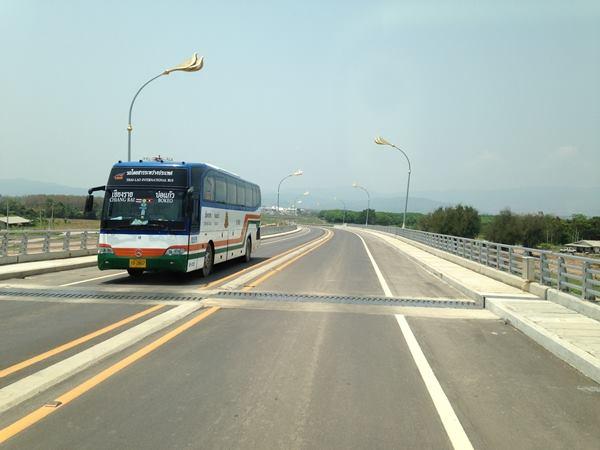 รถโดยสารประจำทางระหว่างประเทศ สายบ่อแก้ว-เชียงของ-เชียงราย ให้บริการวันละ 3-4 เที่ยว จากสถานีขนส่งเชียงราย 2 (ตะเคียนคู่) โดยมี บขส. ของไทย ร่วมเดินรถกับบริษัท เพ็ดอาลูนขนส่งผู้โดยสาร ค่าโดยสาร 220 บาท
