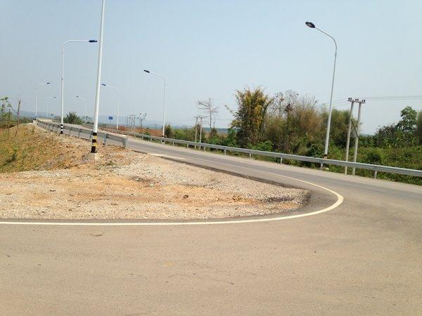 ทางหลวงหมายเลข 3 จากจุดนี้ตรงไปหลวงน้ำทา สู่มณฑลยูนนาน ประเทศจีน เฉพาะส่วนที่ผ่าน สปป.ลาว มีระยะทาง 228 กิโลเมตร สภาพถนนอยู่ในระดับมาตรฐาน มีสะพานคอนกรีตเสริมเหล็ก (จากปกติจะเป็นสะพานไม้ รถต้องวิ่งสลับช่องจราจร)