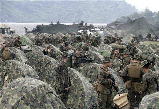 ภาพจากแฟ้มถ่ายเมื่อวันที่ 9 ตุลาคม 2012 แสดงให้เห็นทหารนาวิกโยธินอเมริกันซ่อมเต็นท์ของพวกเขา ขณะเดินทางถึง โครว์ แวลลีย์ จังหวัดตาร์ลัค ทางภาคเหนือของฟิลิปปินส์ เพื่อเข้าร่วมการซ้อมรบยกพลขึ้นบกร่วมกับกองทหารฟิลิปปินส์ ทั้งนี้ประเทศทั้งสองมีกำหนดลงนามในข้อตกลงฉบับใหม่วันจันทร์ (28) นี้ ซึ่งจะเปิดทางให้สหรัฐฯเข้ามาใช้ฐานทางทหารต่างๆในแดนตากาล็อกเพิ่มมากขึ้น