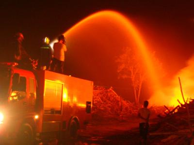 """เพลิงเผาคลังไม้ยูคาฯ """"ดั๊บเบิ้ลเอ"""" ศรีสะเกษ กว่า 8,000 ตัน คาด 2 วันถึงดับได้"""