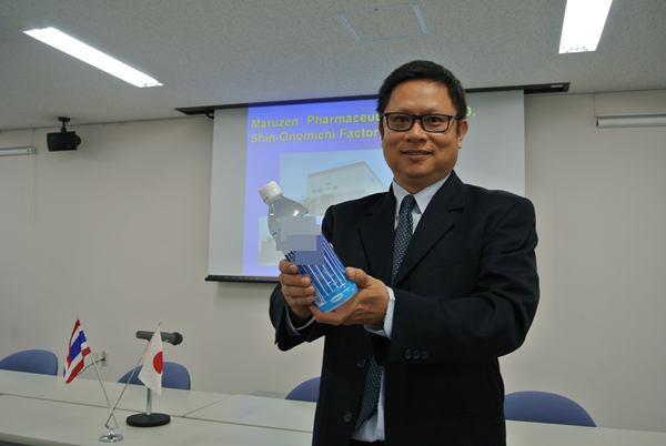 อนันต์ ชัยกิจวัฒนะ กับตัวอย่างเครื่องดื่มผสมเซราไมด์จากสับปะรดที่จำหน่ายในญี่ปุ่น