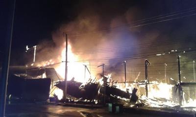 ไฟไหม้อาคารไม้ตลาดเมืองอู่ทองกลางดึกวอด 17 คูหา เสียหายกว่า 30 ล้านบาท