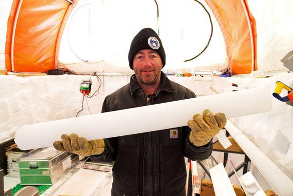 มาร์ก เคอร์แรน กับแกนน้ำแข็งส่วนหนึ่งที่ถูกขุดเจาะ (ภาพประกอบทั้งหมดจากเอเอฟพี)