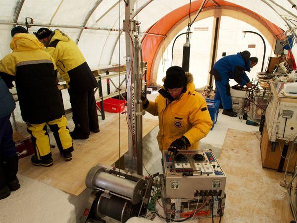ภายในค่ายขุดเจาะแกนน้ำแข็งที่แอ่งออโรรา ซึ่งมีเครื่องขุดเจาะแกนน้ำแข็งภายในเต้นท์