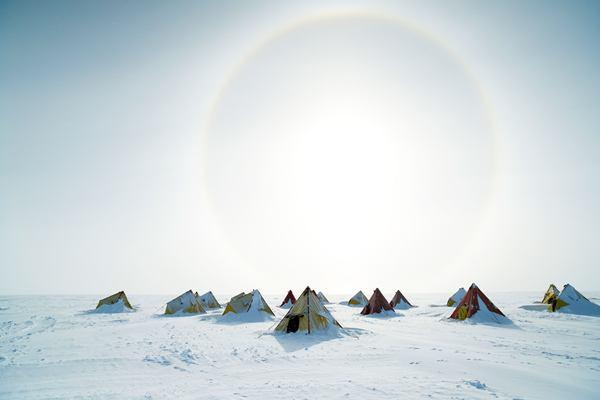 ภาพภายนอกของค่ายขุดเจาะแกนน้ำแข็งที่แอ่งออโรรา ในแอนตาร์กติกา