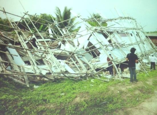 อาคารเตี้ยๆ ที่เสียหายจากแผ่นดินไหว