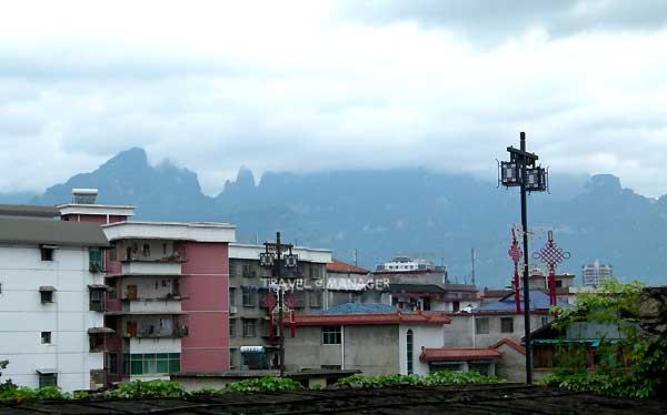 เมืองจางเจียเจี้ยที่แวดล้อมไปด้วยขุนเขา