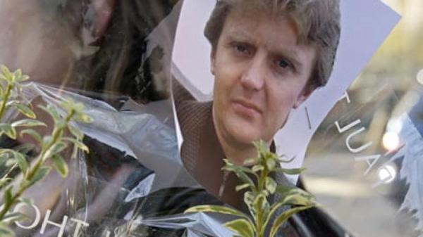 ผู้คนไว้อาลัย Alexander Litvinenko  โดยนำภาพไปปักในช่อดอกไม้หน้าโรงพยาบาลที่เขารักษาตัว