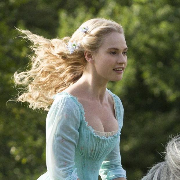 """ตัวอย่างแรก """"Cinderella"""" ฉบับหนังคนแสดง"""