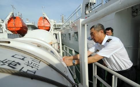 เจ้าหน้าที่ตรวจเช็คอุปกรณ์ของเรือโดยสารอู๋จื่อซาน ที่ทางการจีนส่งไปอพยพแรงงานในเวียดนาม (ภาพ ซินหวา)