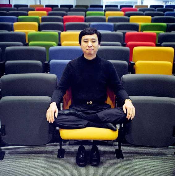 ชาด หมิง ตัน  วิศวกรซอฟแวร์ แห่งกูเกิล ผู้นำการฝึกการเจริญสติในที่ทำงาน