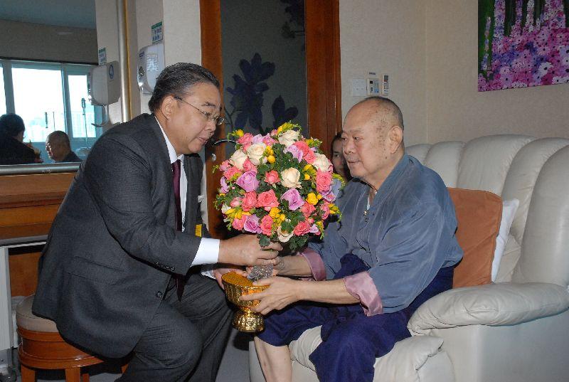 สมเด็จพระเทพรัตนราชสุดาฯสยามบรมราชกุมารี พระราชทานดอกไม้เยี่ยมอาการป่วยนายขรรค์ชัย บุนปาน (ภาพจากเว็บไซต์มติชนออนไลน์)