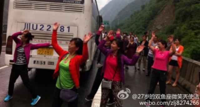 กลุ่มหญิงจีนวัยกลางคนเต้นรำโบกมือสนุกสนานอยู่บนทางด่วนในมณฑลเสฉวน เมื่อวันศุกร์ (6 มิ.ย.) ที่ผ่านมา (ภาพ เวยปั๋ว)