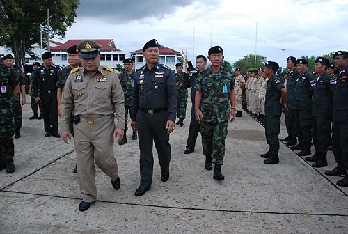 พล.ท.ปรีชา จันทร์โอชา แม่ทัพภาคที่ 3 และผู้บัญชาการกองกำลังรักษาความสงบเรียบร้อย (คสช.) กองทัพภาคที่ 3 นายระพี ผ่องบุพกิจ ผู้ว่าฯ พิษณุโลก พร้อมกำลังเจ้าหน้าที่บุกทลายบ่อนภายใน โรงแรมลาพาโลมา