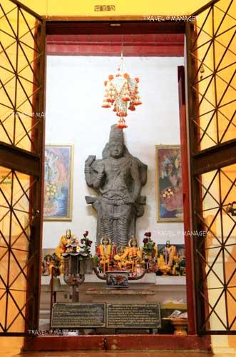 ด้านในหอพระอิศวรประดิษฐานศิวลึงค์โยนิ ศิวนาฏราช พระอุมาและพระพิฆเนศ