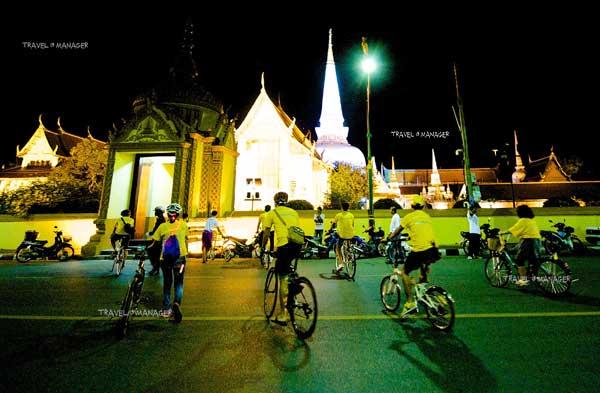 นักท่องเที่ยวมาปั่นจักรยานเที่ยวยามค่ำคืน ชมสถานที่ท่องเที่ยวของเมืองนครฯ