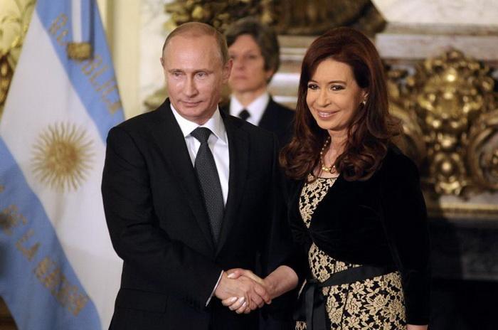 ประธานาธิบดี วลาดิมีร์ ปูติน แห่งรัสเซีย จับมือกับประธานาธิบดี กริสตินา เฟร์นันเดซ เด เคิร์ชเนอร์ แห่งอาร์เจนตินาก่อนร่วมหารือกัน ณ ทำเนียบประธานาธิบดีอาร์เจนตินาเมื่อวันเสาร์ (12 ก.ค.)